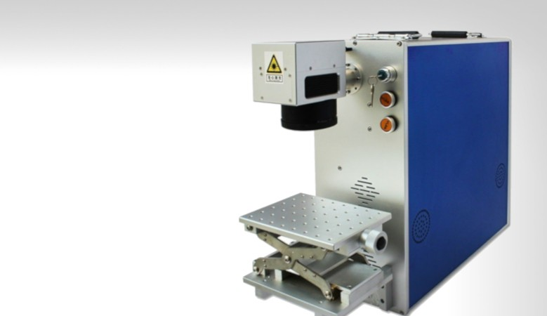 Machine marquage fibre laser portable 20 watt, 30 watt. idéal pour produire sur les foires et lieu de vente éphémère