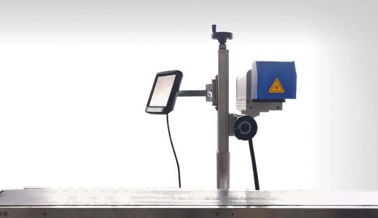 Machine marquage fibre laser avec convoyeur a bande automatique. Idéal pour les productions de masse.